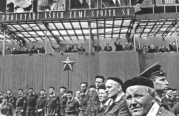"""Na snímku Jana Lukase, který byl stejně jako on českobudějovickým rodákem, z 1. máje roku 1965     převyšuje mávající Plojhar o hlavu ostatní představitele """"strany a vlády"""""""