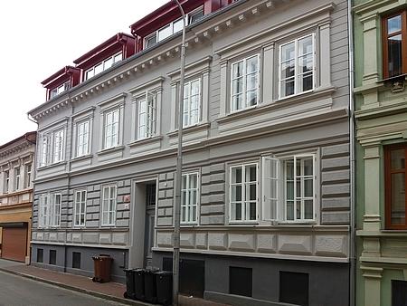 Jeho rodný dům v Lange Gasse (dnes Baarova ulice) čp. 32