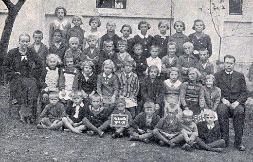 Ještě jako učitel náboženství na německé obecné škole ve Starých Hodějovicích     u Českých Budějovic, učitelka Maria Zahorková zcela vlevo vtéže řadě,     která osm dní poté, co byl snímek na závěr školního roku 1935/36 pořízen,     zemřela na zápal slepého střeva, byla příbuznou Herwiga Zahorky