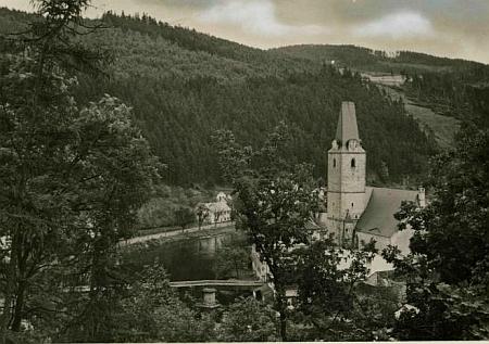 Kostel sv. Mikuláše v Rožmberku nad Vltavou na pohlednici prachatického fotoateliéru Friedl Zdiarsky