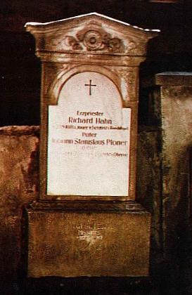 Snímek z roku 1992 zachycuje náhrovní kámen kněžského hrobu     na hřbitově v Rožmberku nad Vltavou s jeho doplněným jménem