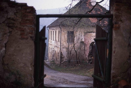 Škola ve Svérazi na snímku z března 1990