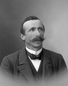 Tatínek Jakob na snímku ze Seidelova fotoateliéru z dubna 1919
