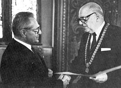 Pasovský starosta Dr. Emil Brichta mu tady v roce 1983 předává kulturní cenu města Pasova