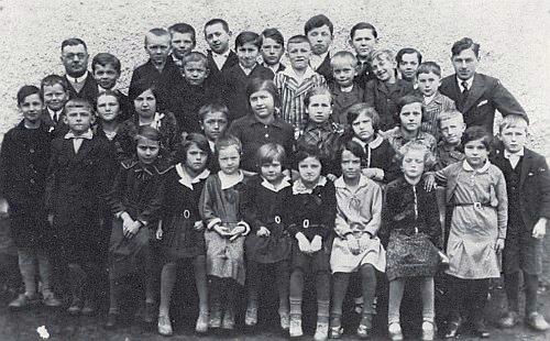 Ještě jako mladý učitel na škole v šumavském Tuškově roku 1934 se svými žáky
