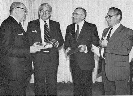 Na radnici v Pasově při blahopřání purkmistru Emilu Brichtovi stojí vedle Adolfa Hasenöhrla a Ericha Hanse (druhý a třetí zleva) zcela vpravo