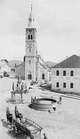 Náměstí v Kašperských Horách na staré fotografii M. Kopetzkého (Kopeckého) z Vimperka