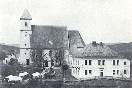 Kostel a škola v Újezdě Svatého Kříže na staré fotografii