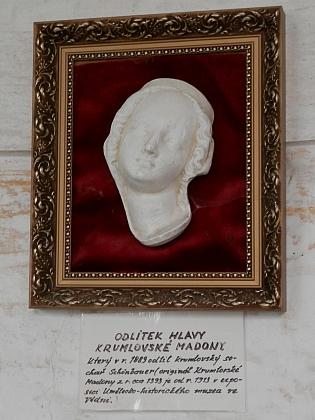 Odlitek hlavy Madony krumlovské, pořízený Moritzem Schönbauerem, vystavený v kapli na Křížové hoře nad Českým Krumlovem