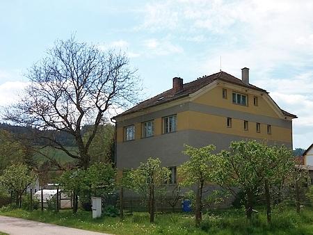 Přestavěná budova bývalé školy v Borové na snímcích z roku 2020