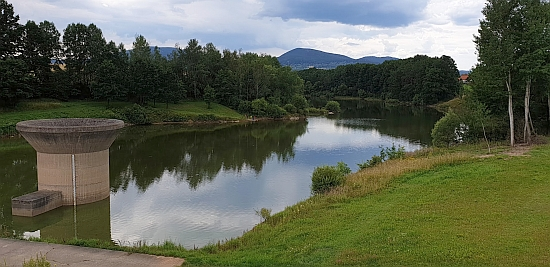 Humenická přehrada na řece Stropnici v blízkosti Cuknštejna a Terčina údolí byla uvedena do provozu až v roce 1994, osm let poté, co bylo započatosjejí výstavbou