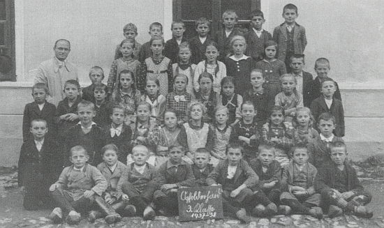Snímek z doby jeho opětovného působení v Jablonci byl pořízen ve školním roce 1937/1938