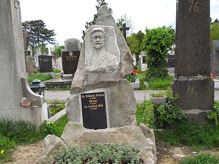 Jeho hrob na vídeňském hřbitově Gersthof s mramorovou bustou, kterou v roce 1917 odhalil Bund der Deutschen in Böhmen