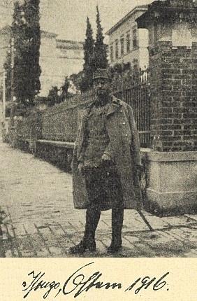 Jako voják na snímku s nápisem Soča, Velikonoce 1916, pořízené tedy těsně před smrtí vGorici