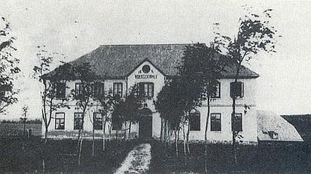 Škola v Horské Kvildě na pohlednici z roku 1910 ze sbírky Reinholda Finka