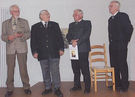 Při převzetí literární ceny (stojící druhý zleva, ten prvý nalevo stojí tu vedle něho Willi Steger), pojmenované Baumsteftenlenz-Heimatpreis po Paulu Friedlovi