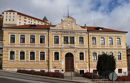 Pamětní deska na budově chlapecké měšťanské školy ve Vimperku z roku 1886 (dnes zde sídlí gymnázium) neuvádí, že o 12 let dříve stál u vzniku této vzdělávací instituce