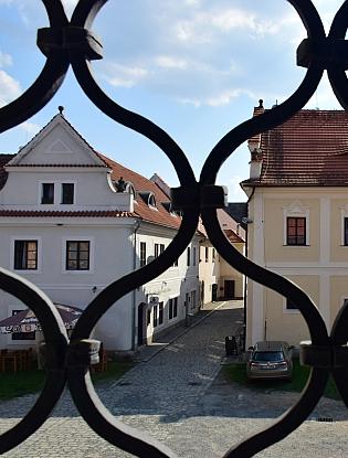 Synagoga v Březnici a pohled z ní na staré židovské domy