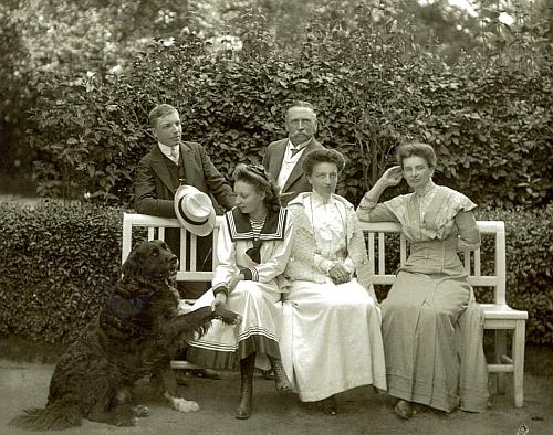 Arnošt Porák s rodinou v Loučovicích na snímku Josefa Seidela
