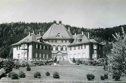 Porákova vila v Loučovicích na starším snímku a dnes (vbřeznu 2009 ji uvnitř pustnoucí už poničil požár)