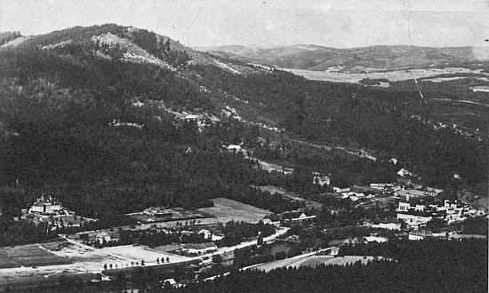Pohled na Loučovice od jihu - vlevo Porákova vila, vpravo objekty jeho papíren