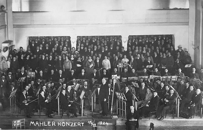 """Vzácný snímek z českobudějovického uvedení Mahlerovy """"Žalobné písně"""" nám zaslal Stanislav Lanc, jehož dědeček Stanislav Hodboď byl mezi hudebníky, dirigentem byl Ludwig Schmidt"""