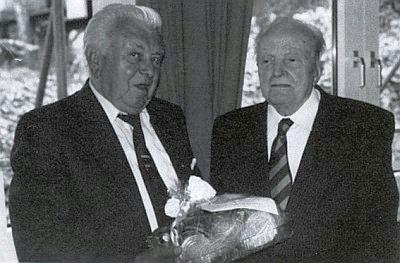 """... o deset let později: """"Fredi"""" tu blahopřeje napravo od něho stojícímu jubilantovi Franzi Hoffelnerovi již k devadesátinám"""