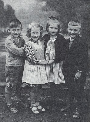 Na snímku z dětských let stojí zcela vpravo