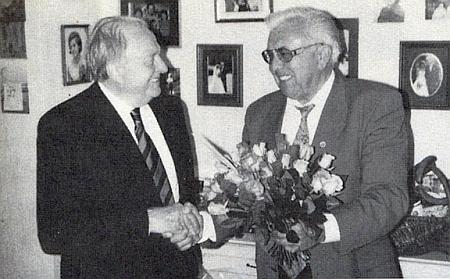 Ten s kyticí je on, když přeje oslavenci Franzi Hoffelnerovi k jeho osmdesátinám...