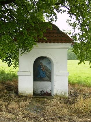 Poutní kostel na Svatém Kameni a jedno ze zastavení tamníkřížovécesty