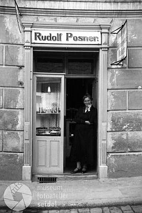 Otcova českokrumlovská cukrárna na snímku fotoateliéru Seidel z roku 1931 - možná snímek zachycuje i jeho maminku?
