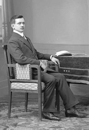 """Jeho otec Rudolf Posner, zde sedmadvacetiletý, na """"kabinetním"""" snímku fotoateliéru Seidel z 1. března roku 1914"""