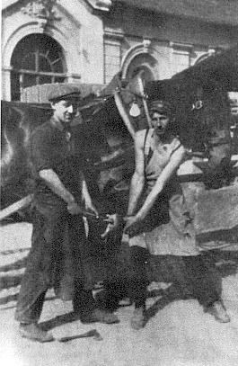 Tento snímek kování koní při krumlovské Horní bráně před kovárnou Josefa Pilapla blízko dnešního městského divadla sice není od Josefa Seidela, neubírá mu to však na ceně vzácné vzpomínky na starý Krumlov