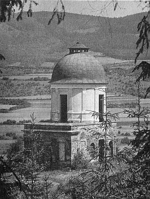 Dva snímky, které zaslal redakci krajanského měsíčníku, zachycují Ptačí Hrádek u Krumlova a zmizelý kříž, který stával při vchodu krumlovského minoritského kláštera