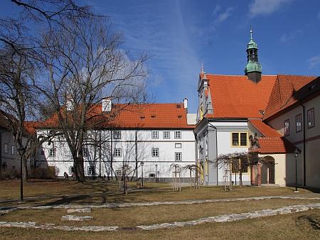 Budovy bývalého kláštera na snímku z roku 2017