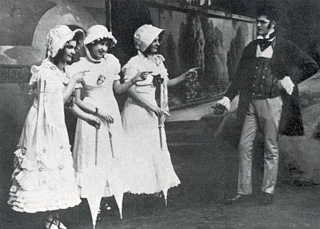 """Tady v ochotnickém představení operety """"Dům u tří děvčátek"""" z roku 1915 v českokrumlovském městském divadle byla onou Hederl     uprostřed vedle zbývajících Haiderl a Hannerl (Franze Schuberta hrál Ernst Holzinger)"""