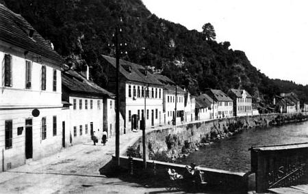 Ulice Pod Kamenem (Steinwand), kde se narodila, jak ji kdysi zachytil snímek Josefa Seidela...