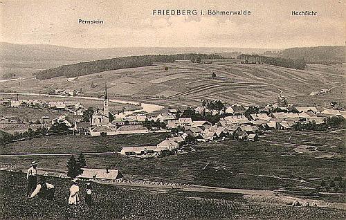 Stará pohlednice nahlíží městečko nad řekou Vltavou shora