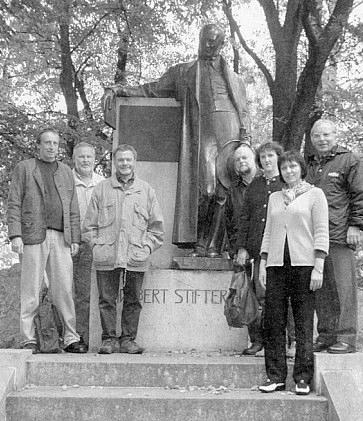 V Horní Plané se u Stifterova pomníku sešli mj. Paul Praxl (druhý zleva), Manfred Pranghofer (třetí zleva) a Helmut Woldrich (zcela vpravo)
