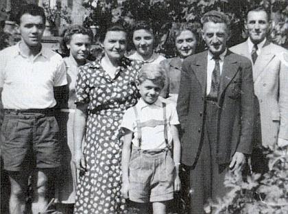 Rodina Pranghoferova roku 1951 v Gaisbachu, tehdy desetiletý Manfred stojí zcela vepředu