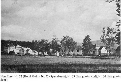 Dům Karla Pranghoffera čp. 33 je na snímku v rodácké pamětní kníze zachycen třetí zleva
