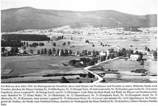 """Na této fotografii z roku 1930 je jeho rodný dům vlastně jakýmsi středem """"širokoúhlého"""" záběru s horským masívem Smrčiny (Hochficht) v pozadí"""