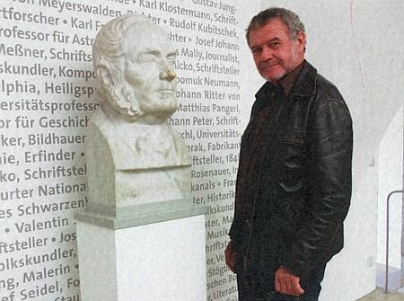 Se Stifterovou bystou z někdejšího Šumavského muzea v Horní Plané jako kustod toho poválečného v Pasově