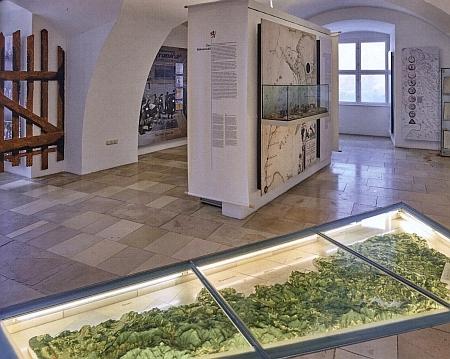Úvodní prostor muzea v Pasově s plastickou mapou Šumavy