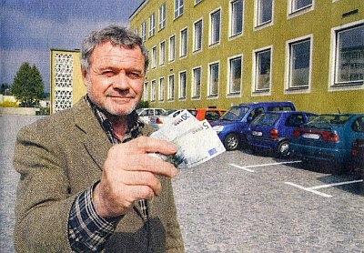 25 Euro v jeho rukou je částka, kterou musel platit denně městu Pasovu za parkování před Gymnáziem Adalberta Stiftera