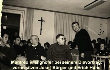 O Vánocích roku 1964 přednášel tehdy třiadvacetiletý Pranghofer ve Webingerově domě v Lackenhäuser spromítáním diapozitivů o své cestě Šumavou, vpředu sedí pod křížem Josef Bürger a vedle něho vpravo Erich Hans