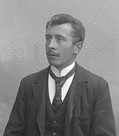 """Tento snímek ze Seidelova ateliéru, pořízený na jméno  a adresu """"Praschl Joh., Aussergefield"""", by mohl zachycovat jeho staršího bratra Johanna"""