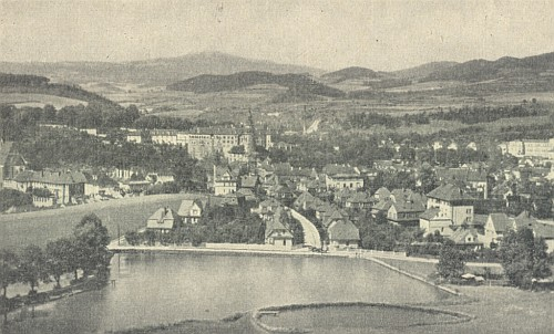 Nezvyklý pohled na Krumlov od Městského rybníku s Novými domovy