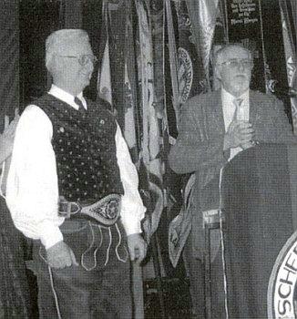 Ingo Hans mu uděluje v roce 2004 medaili Adolfa Hasenöhrla
