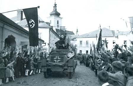 I tento snímek z nacistické propagační publikace, zachycující přijetí wehrmachtu v říjnu 1938 obyvateli Volar, patří k historii města